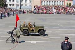 Russisch militair vervoer bij de parade op jaarlijkse Victory Day Stock Fotografie
