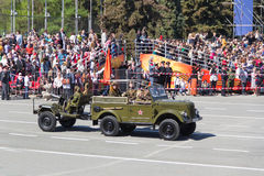 Russisch militair vervoer bij de parade op jaarlijkse Victory Day Stock Foto's