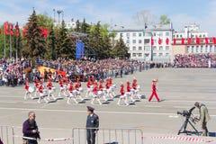 Russisch militair vrouwenorkest maart bij de parade op jaarlijks V Stock Foto's