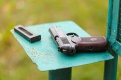 Russisch 9mm pistool PM Makarov op de lijst met holster, riem en lege pistoolhouder stock afbeelding