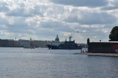 Russisch oorlogsschip die voor de parade voorbereidingen treffen Stock Fotografie