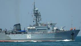 Russisch oorlogsschip op volle zee stock footage