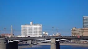 Russisch overheids Wit huis en het van de de rivierbrug van Moskou panschot 4K video stock videobeelden