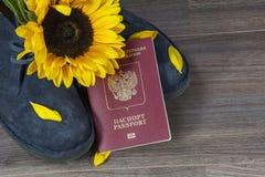 Russisch paspoort met blauwe boten en zonnebloem Stock Foto