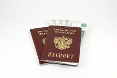 Russisch paspoort met geld op een witte achtergrond Stock Afbeelding