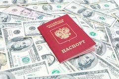 Russisch paspoort op de dollarsachtergrond van de V.S. Royalty-vrije Stock Afbeelding
