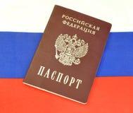 Russisch paspoort op de vlag Stock Afbeeldingen