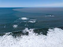 Russisch Rivierfloodwaters Afvoerkanaal in de Stille Oceaan stock afbeeldingen