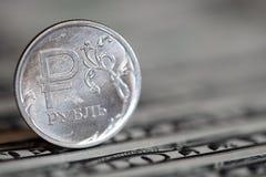 Russisch roebelmuntstuk op de achtergrond van één dollarrekeningen royalty-vrije stock afbeeldingen