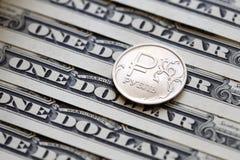 Russisch roebelmuntstuk op de achtergrond van één dollarrekeningen royalty-vrije stock afbeelding