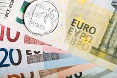 Russisch roebelmuntstuk op de Europese bankbiljetten Stock Afbeeldingen