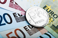 Russisch roebelmuntstuk op de Europese bankbiljetten Stock Afbeelding