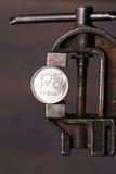 Russisch roebelmuntstuk in oude bankschroef Stock Fotografie