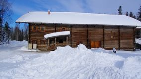 Russisch Traditioneel houten boerhuis, het dorp van Malye Karely, stock footage