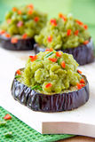 Groene erwtendeegwaren op aubergine Stock Afbeelding