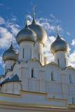 Russische Ñhurch over blauwe hemel stock afbeelding