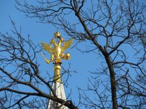 Russische adelaar bovenop de toren op Rood vierkant in Moskou Nationaal embleem van Rusland stock afbeelding