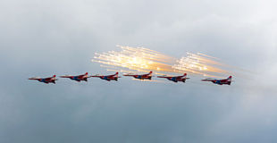 Russische aerobatic Gruppe Strizhi Stockfoto