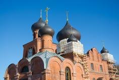 Russische alte Gläubiger Kirche gegen den blauen Himmel lizenzfreie stockbilder