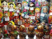 Russische Andenken für Verkauf zu den Touristen im Fenster von Gostiny Dvor auf Nevsky Prospekt - touristische hauptsächlichstraß Stockbild