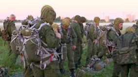 Russische Armee Springen mit Rundkappenfallschirmen vorbereitung stock video footage
