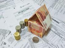 Russische bankbiljetten en muntstukken op de achtergrond van de betalingsdocumenten royalty-vrije stock afbeeldingen