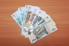 Russische bankbiljetten op een achtergrond van het houten behandelen Stock Afbeeldingen