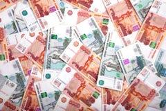 Russische Banknoten auf dem Tisch Stockbilder