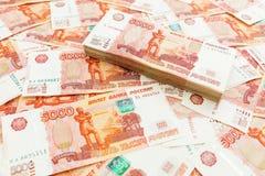 Russische Banknoten 5000 Rubel Rechner und Stapel Münzen über Weiß Stockbild