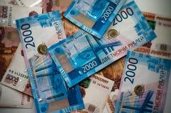 Russische Banknoten zerstreuten auf dem Tisch Nahaufnahme lizenzfreies stockfoto