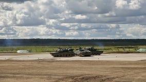 Russische Behälter in der Show der militärischer Ausrüstung stock video footage
