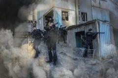 Russische besondere Kräfte, die an einem Boden der militärischen Ausbildung ausbilden Lizenzfreies Stockbild