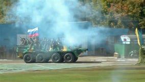 Russische besondere Kräfte Soldaten, die durch Behälter umziehen stock footage
