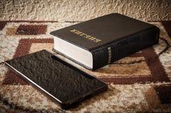 Russische Bijbel en mobiele telefoon Royalty-vrije Stock Fotografie