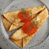 Russische Blinis mit rotem Kaviar auf einer grauen Plattennahaufnahme Lizenzfreies Stockbild