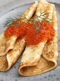 Russische Blinis mit rotem Kaviar auf einer grauen Plattennahaufnahme Lizenzfreie Stockfotografie