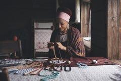Russische craftswoman op het werk Stock Afbeelding