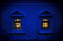 Russische Dämmerung mit warmem Windows im traditionellen Häuschen Stockbild