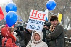 Russische Demonstrationssysteme mit Plakat mit Text nein zu   Lizenzfreie Stockfotos