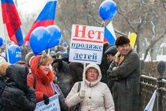 Russische Demonstrationssysteme mit Plakat mit Text nein zu   Lizenzfreies Stockbild