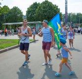 Russische die valschermjagers met een vlag en een kleine jongen worden gedemobiliseerd Stock Fotografie