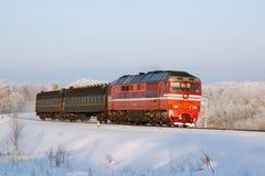 Russische diesel locomotief met passagierstrein Royalty-vrije Stock Afbeeldingen