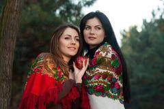 Russische dorpsmeisjes in headscarves in een dicht bos Stock Foto