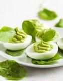 Russische Eier mit Avocado und Spinat Stockbilder