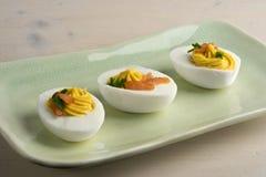 Russische Eier mit geräuchertem Lachs und Schnittlauchen stockbilder