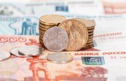 Russische en Amerikaanse muntstukken over bankbiljetten Royalty-vrije Stock Fotografie