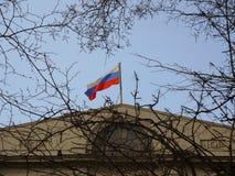 Russische Flagge im Altbau Stockfotos