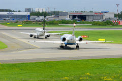 Russische Fluglinien Boeing 737-8LJ Aeroflots und Flugzeuge Austrian Airlines-Fokker 100 sind auf der vor Produkteinführung in Pu Stockbild