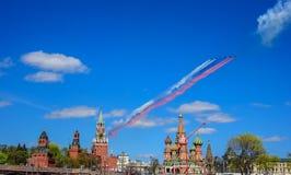 Russische Flugzeuge des Angriffs Su-25, die Rauch als dreifarbige russische Flagge an der Wiederholung für die Victory Day-Militä lizenzfreie stockbilder