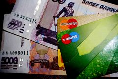 Russische geld en creditcards, Rusland Berezniki 28 Augustus 2017 Royalty-vrije Stock Afbeelding